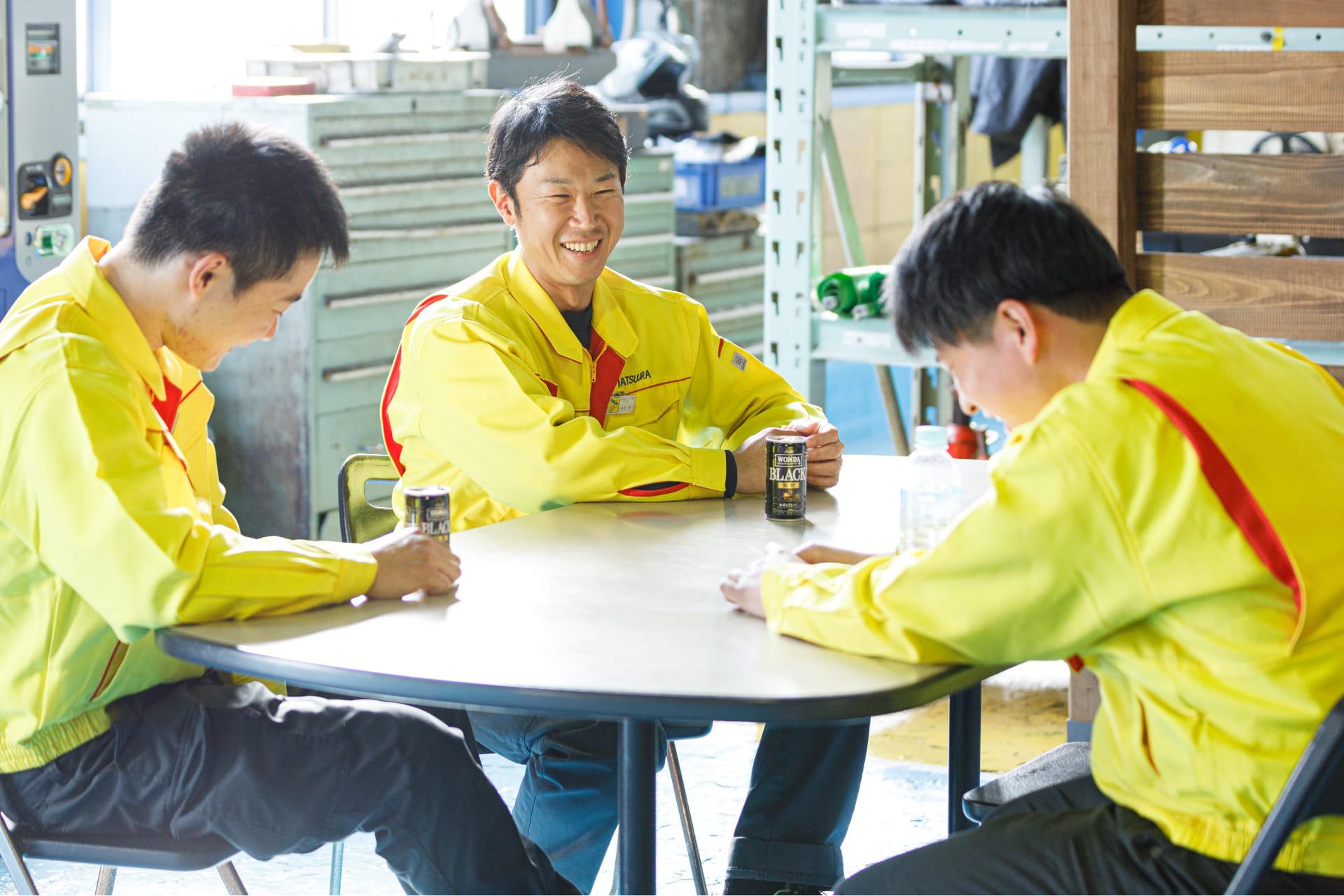 楽しそうに会話する松浦鉄工所の社員達
